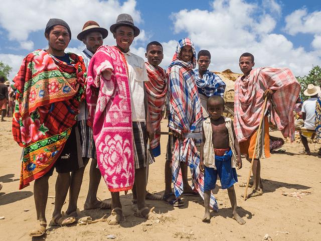 Obyvateľstvo Madagaskaru v tradičnom odeve